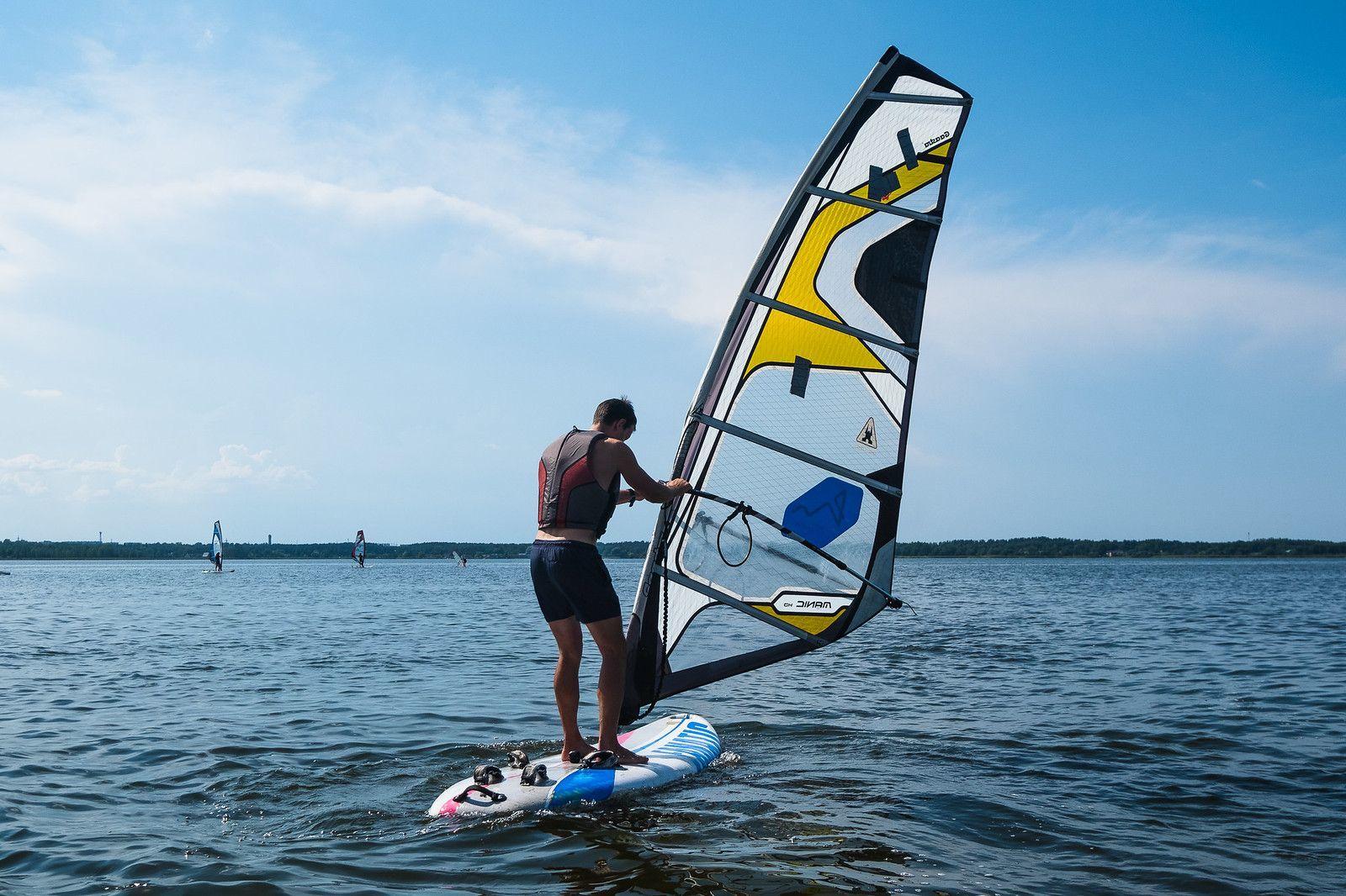 Kamizelka asekuracyjna – windsurfing a kwestie bezpieczeństwa