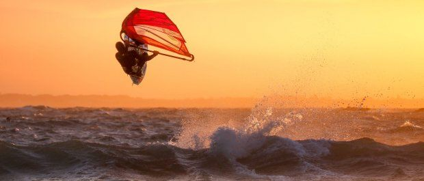 Deski windsurfingowe – o czym powinieneś wiedzieć przed zakupem?