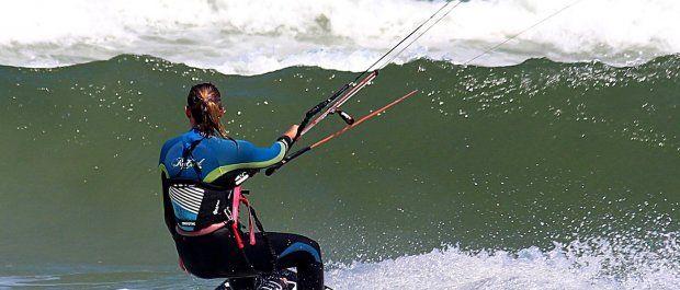 Na co zwracać uwagę, przeglądając trapezy kitesurfingowe damskie?