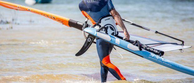 Jak wybrać trapez – windsurfing od podstaw