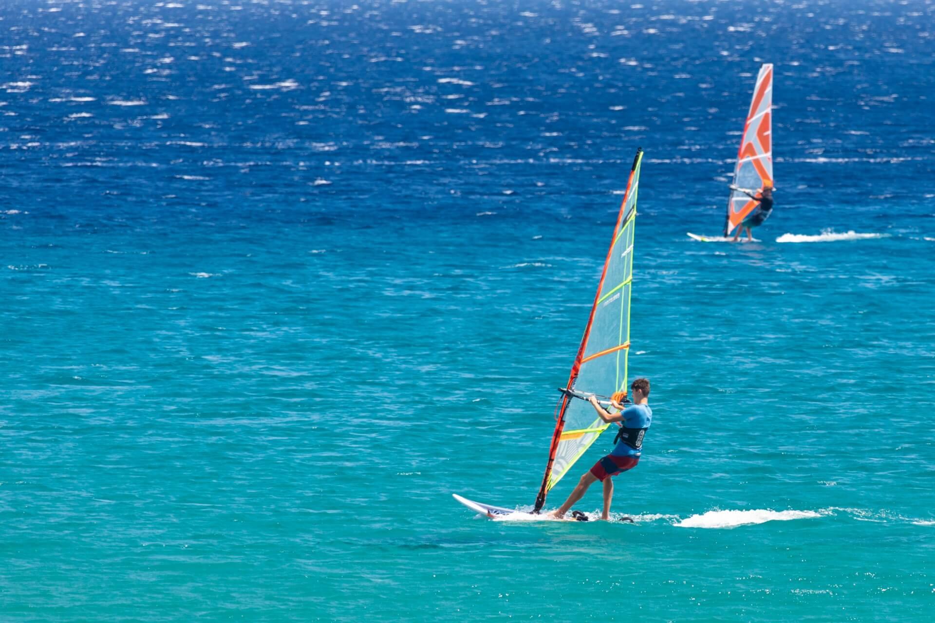 Żagiel do windsurfingu – czym kierować się podczas zakupu
